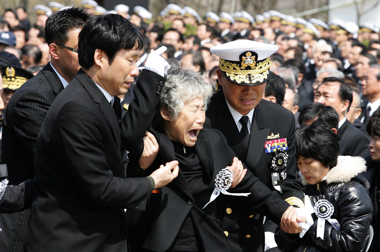 Nabestaanden rouwen bij de uitvaart van de omgekomen mariniers. Foto EPA / Yonhap