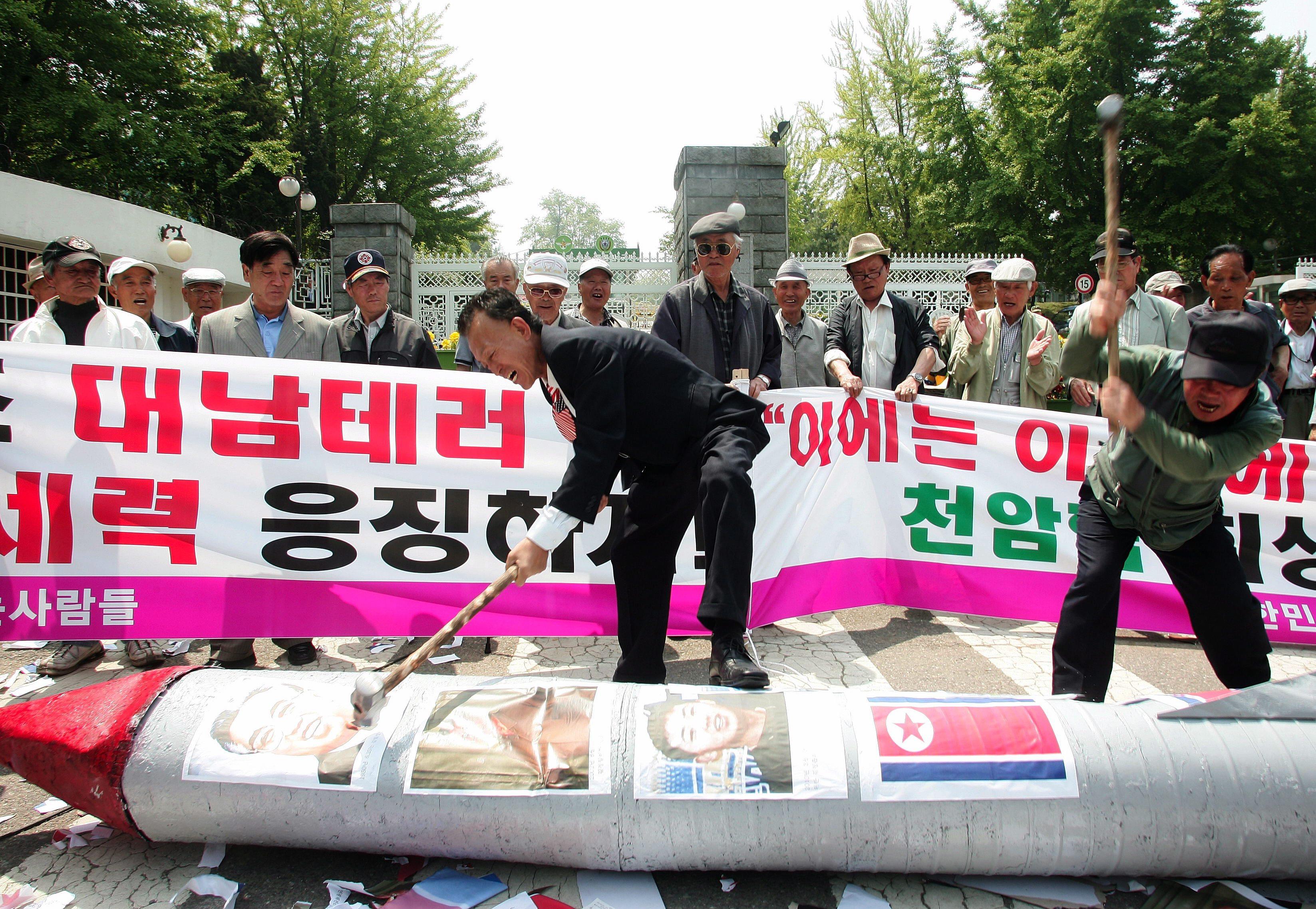 Zuid-Koreaanse demonstranten slaan een Noord-Koreaanse namaaktorpedo kapot. Foto EPA / Yonhap