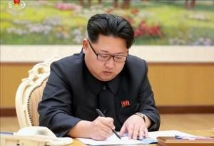 Kim Jong-un tekent het bevel om de waterstofbomproef uit te voeren. Foto Yonhap.